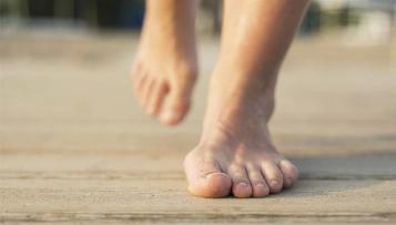 Barfußlaufen ja oder nein? Interview mit Fußexperte Thomas Rogall