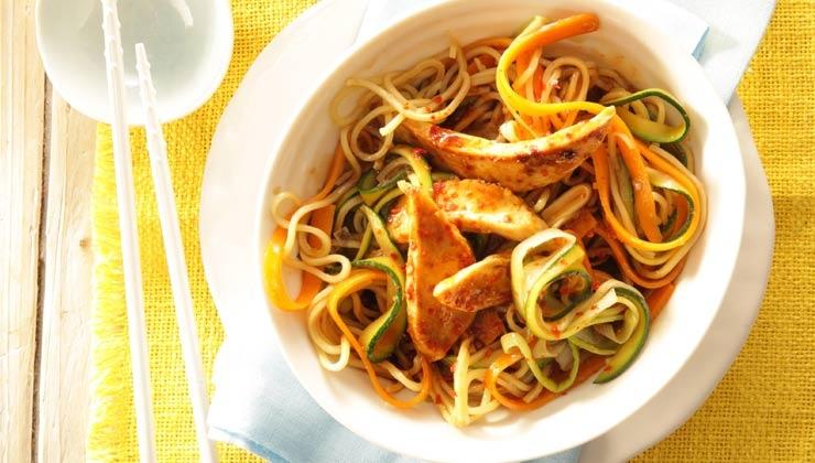 Rezept: Gebratene Mie-Nudeln mit Poulardenbrust und Gemüse