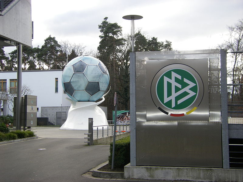 Horst Hrubesch erhält Trainerpreis des DFB