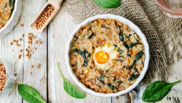Spinat mit Kartoffeln und Spiegelei – als Auflauf