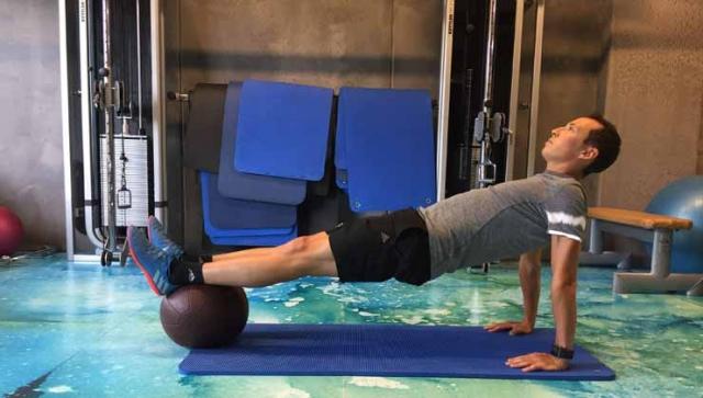 Fit mit Eric Frenzel – Stütz mit Medizinball