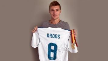 Toni Kroos stiftet Goldmedaille und Supercup-Trikot