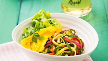 Zoodles mit Wok-Gemüse, Rührei und Salat