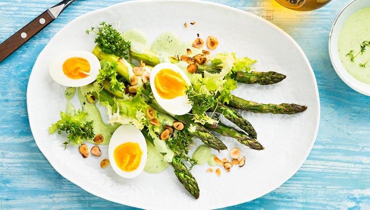 Grüner Spargel mit grüner Sauce und wachsweichen Eiern