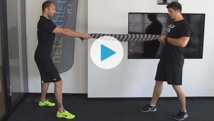 Gemeinsam fit - Partnerübung: Rudern mit dem Handtuch