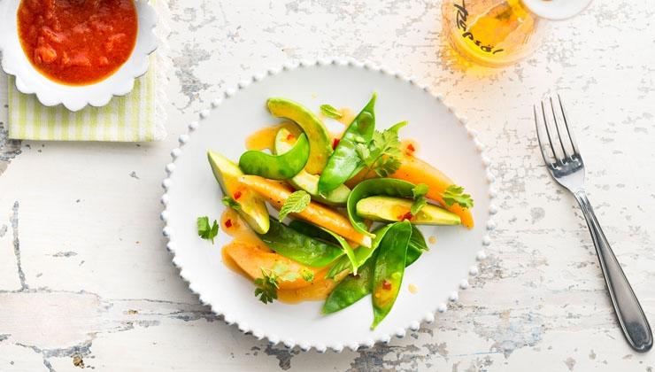 Sommersalat mit Melone, Avocado und Safran Dip