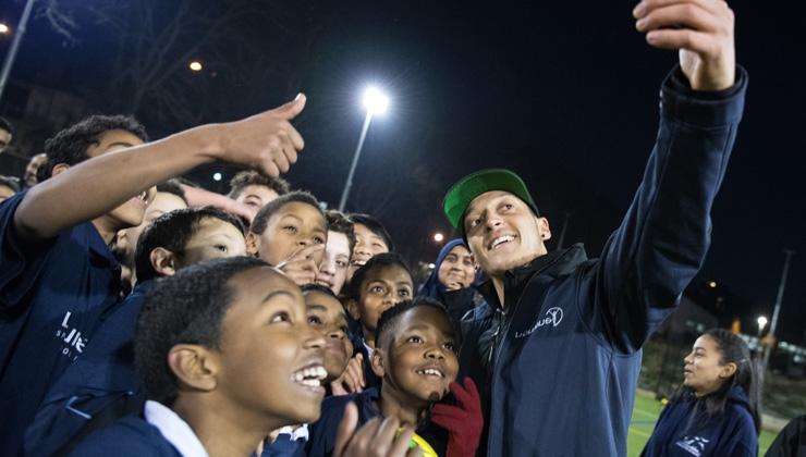 Mesut Özil assistiert bei Laureus-Projekt in London