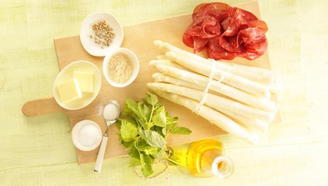 Spargel-Rezept: Ofenspargel mit Zitronenmelisse-Pesto und Bresaola