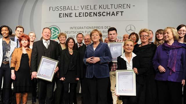 Bundeskanzlerin Dr. Angela Merkel zeichnet die Kicking Girls aus