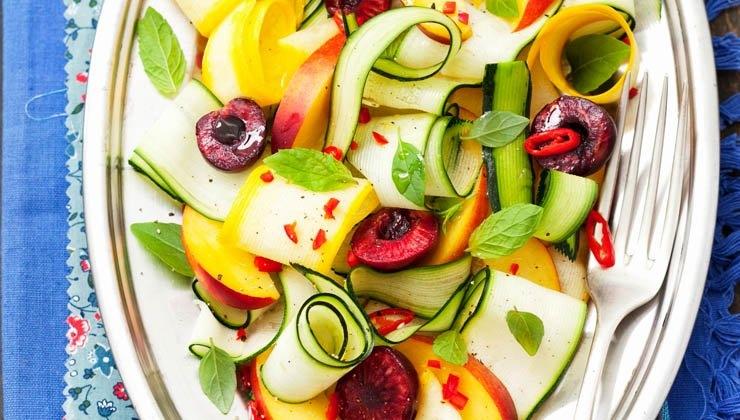 Zucchinisalat mit Nektarinen, Kirschen und Chilis