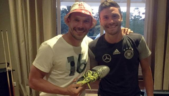 EM-Helden Hector und Özil versteigern ihre Glücksschuhe
