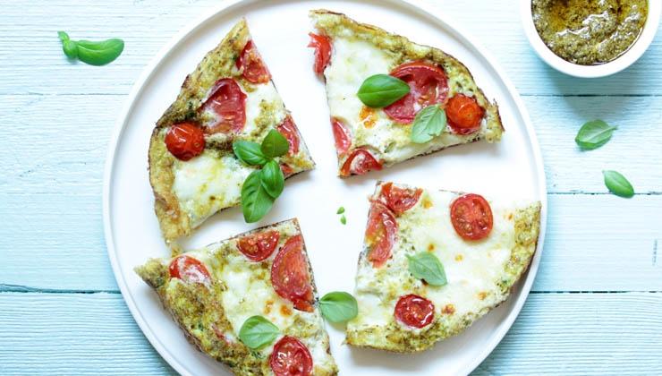 Eiweiß-Omelette mit Mozzarella und Tomate