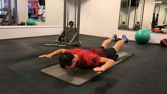 Übung: Bein- und Armheben mit Arm-Anwinkeln