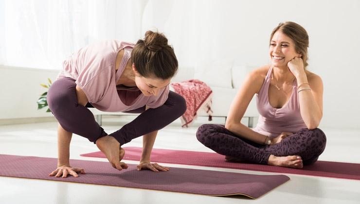 Yoga mit Cathy Hummels: Krähe und Feuerfliege