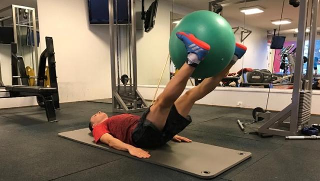 Beinheben mit Gymnastikball