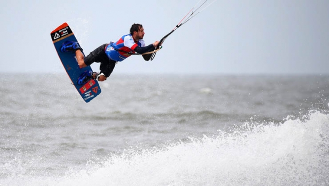 Kitesurfen mit Hindernissen: Trendsport Jump'n'Run