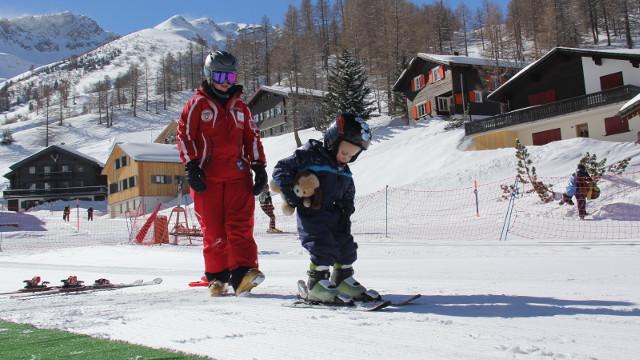 Kinder lernen Skifahren - Die richtige Ausrüstung